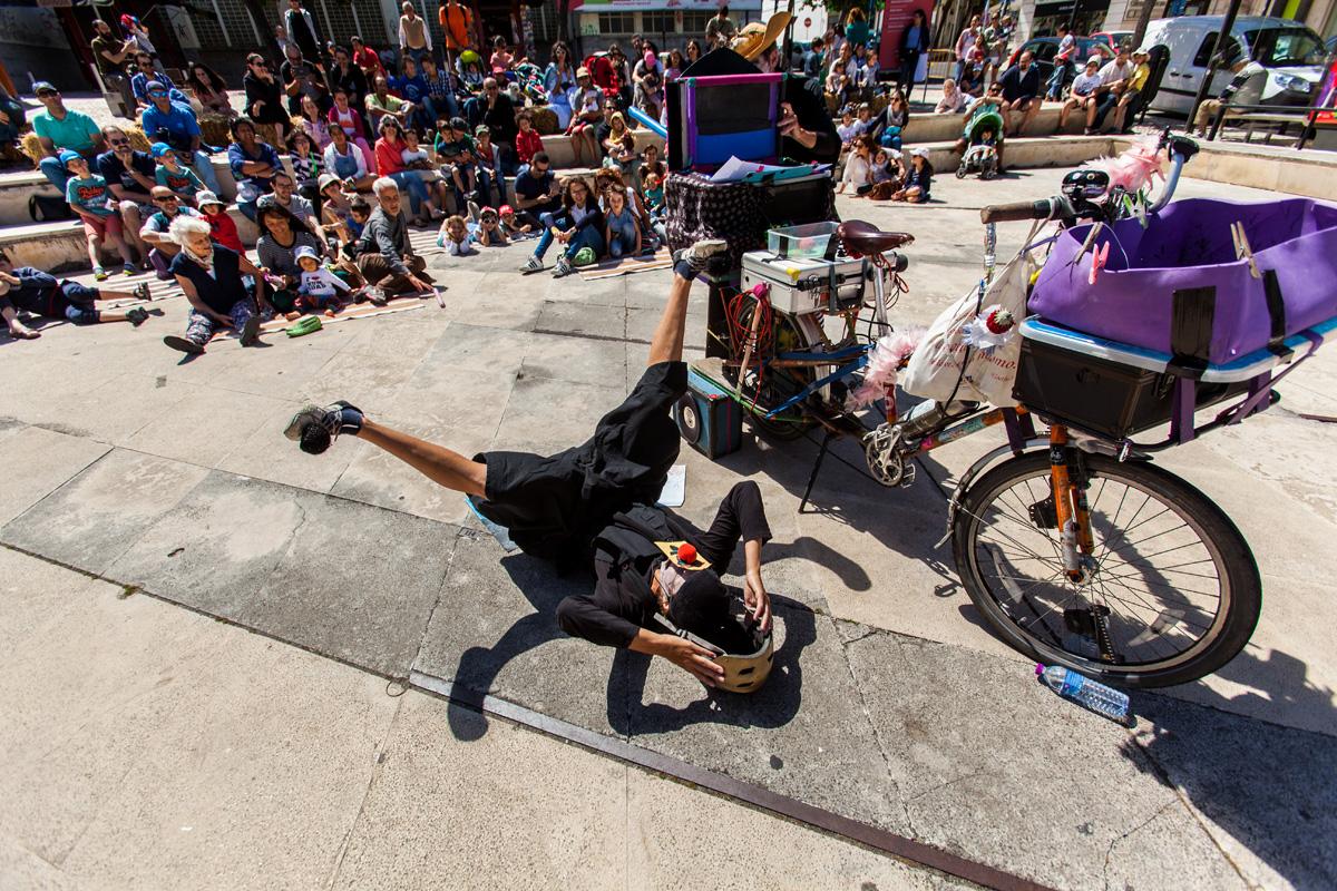 """Dernière minute: Le cirque itinérant (à vélo!) """"Spoke'n'Chain"""" sera au café Pluche dimanche après midi (15h)"""